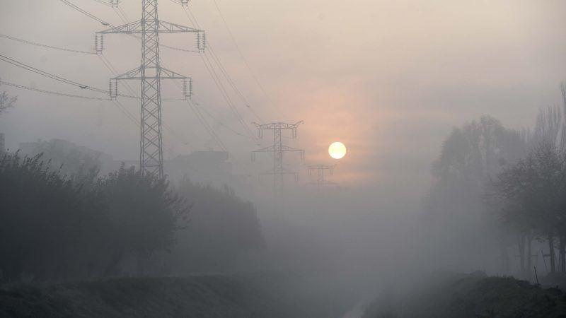 Budapest, 2018. november 9. A Rákos-patak és egy nagyfeszültségû vezeték napfelkelte után, ködös idõben 2018. november 9-én. MTI/Bruzák Noémi