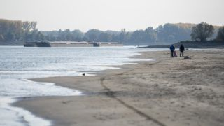 Baja, 2018. október 17. Uszályok állnak a Dunán Bajánál 2018. október 17-én. Az augusztus óta tartó csapadékszegény idõjárás miatt a folyó vízállása a magyarországi szakaszon ismét az eddig mért legkisebb értékek közelében vagy alatta alakul. MTI/Sóki Tamás