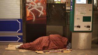 Budapest, 2010. december 15. Hajléktalan alszik a Kálvin téri aluljáróban 2010. december 14-én éjjel. December 15-én jár le a türelmi idõ a fõváros frekventáltabb aluljáróiban; a városvezetés azt kérte a hajléktalanokat segítõ szervezetektõl, hogy a határidõ lejártáig találjanak megfelelõ szállást a fedél nélkülieknek. MTI Fotó: Szigetváry Zsolt