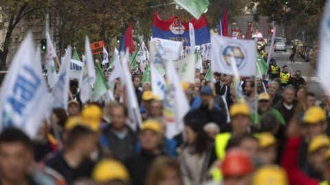 Budapest, 2018. november 6. A Cafeteria visszaállításáért rendezett szakszervezeti demonstráció résztvevõi vonulnak az Alkotmány utcában, a Kossuth térre 2018. november 6-án. MTI/Szigetváry Zsolt