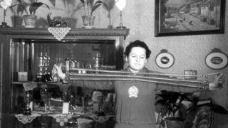Budapest, 1952. december 3.  Gyenge Valéria, a 400 méteres gyorsúszás olimpiai bajnoka otthonában szobanyújtójával karerõsítõ gyakorlatokat végez. MTI Fotó/Magyar Fotó: Bojár Sándor