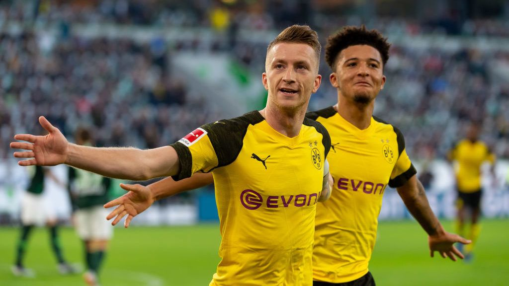 WOLFSBURG, GERMANY - NOVEMBER 03: Marco Reus of Borussia Dortmund celebrates after scoring his team`s first goal during the Bundesliga match between VfL Wolfsburg and Borussia Dortmund at Volkswagen Arena on November 3, 2018 in Wolfsburg, Germany. (Photo by TF-Images/Getty Images)