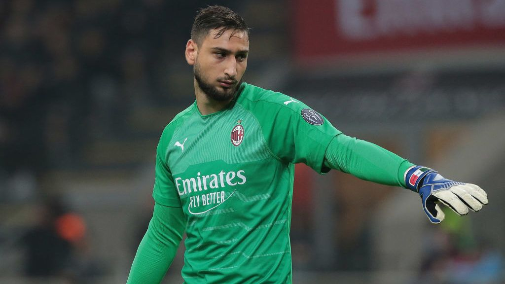 MILAN, ITALY - NOVEMBER 11:  Gianluigi Donnarumma of AC Milan gestures during the Serie A match between AC Milan and Juventus at Stadio Giuseppe Meazza on November 11, 2018 in Milan, Italy.  (Photo by Emilio Andreoli/Getty Images)