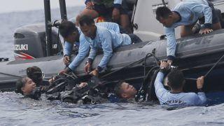 Jakarta, 2018. október 31. Az indonéz légi szerencsétlenség áldozatainak maradványait keresik a haditengerészet búvárjai Jakarta partjainál 2018. október 30-án. Egy nappal korábban a Lion Air indonéz légitársaság Boeing 737-800 típusú utasszállító gépe a tengerbe zuhant kevéssel a felszállás után. A belföldi járat Jakartából a Szumátra melletti Bangka szigetére indult, a fedélzeten 189 ember tartózkodott. A mentõcsapatok Jakartától 70 kilométerre, keletre találtak rá a repülõgép roncsaira. Valószínûleg senki sem élte túl a balesetet. MTI/AP/Tatan Syuflana