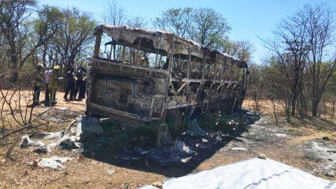 Gwanda körzet, 2018. november 16. Kiégett autóbusz roncsánál állnak zimbabwei tûzoltók a fõvárostól, Hararétõl mintegy 500 kilométerre, délre levõ Gwanda körzetben 2018. november 16-án, miután az elõzõ éjjel a busz balesetet szenvedett és kigyulladt. Több mint negyvenen vesztették életüket és negyvenen megsérültek, közülük húsz embert súlyos égési sérülésekkel ápolnak. MTI/AP