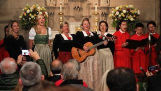 New York, 2018. november 28. A Kroell családi kórus a Csendes éjt énekli a New York-i Szentháromság templomban 2018. november 27-én, a dal komponálásának 200. évfordulója alkalmából rendezett ünnepségen. Az egyik legnépszerûbb karácsonyi dal eredeti német szövegét Josef Mohr osztrák pap írta Stille Nacht címmel, dallamát Franz X. Gruber komponálta 1818-ban. A dalt elõször az ausztriai Oberndorf bei Salzburg Szent Miklós-templomában adták elõ 1818. december 25-én. MTI/AP/Julie Jacobson