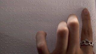 Guatemalaváros, 2012. május 31. Vak nõ olvassa a guatemalai Publinews Braille címû havilap elsõ kiadását Guatemalavárosban 2012. május 31-én. Az ingyenes, Braille-írásos lap az elsõ, kifejezetten a vakok számára készített újság Közép-Amerikában. (MTI/EPA/Saul Martinez)