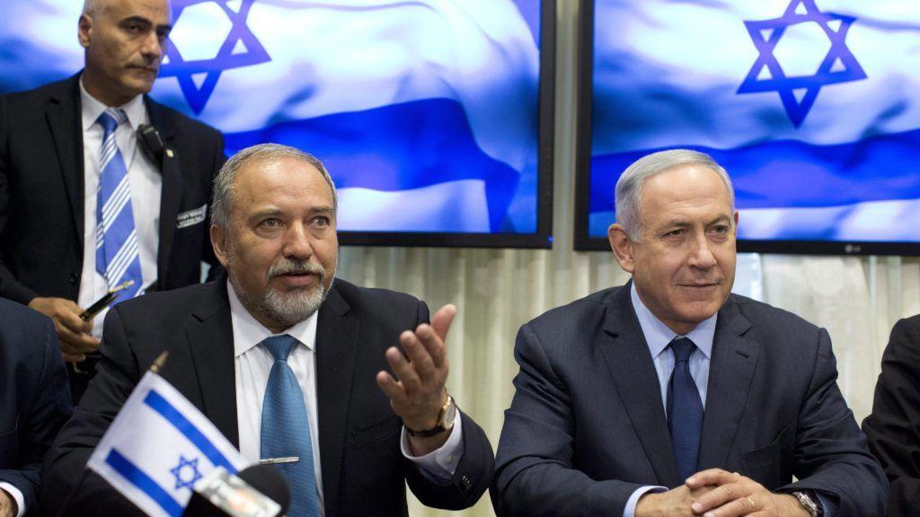 Jeruzsálem, 2016. május 25. Benjámin Netanjahu izraeli miniszterelnök, a jobboldali Likud párt vezetõje (j) és Avigdor Liberman korábbi külügyminiszter, a szintén jobboldali Jiszráél Béténu (Izrael a Hazánk) párt alapító-vezetõje, miután koalíciós megállapodást írtak alá Jeruzsálemben 2016. május 25-én. A megállapodás értelmében Liberman lesz Izrael új védelmi minisztere és az új koalíció az eddigi hatvanegy helyett hatvanhat képviselõre támaszkodhat a százhúsz tagú kneszetben. (MTI/EPA/Abir Sultan)