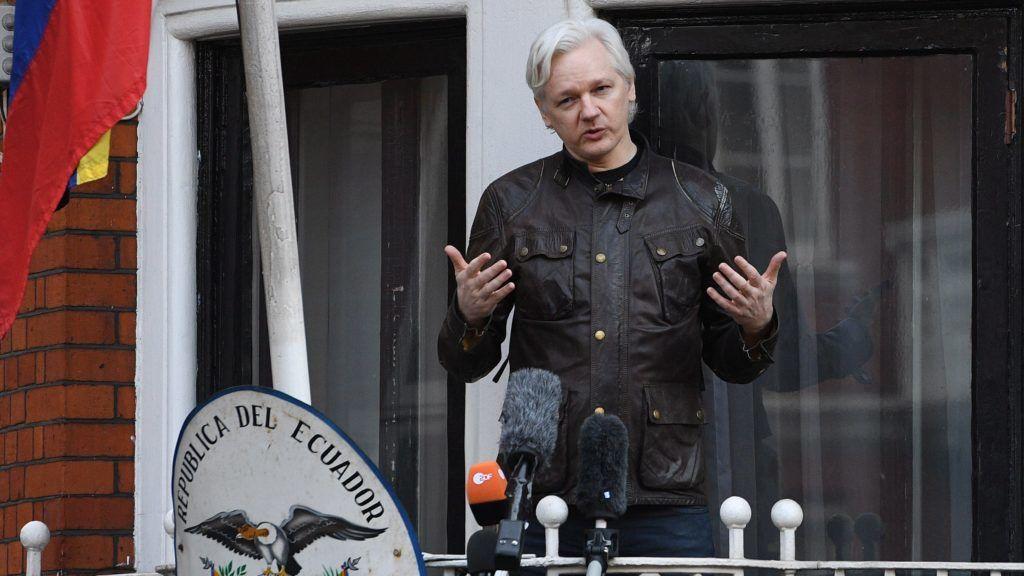 London, 2017. május 19. Julian Assange, a WikiLeaks oknyomozó internetes portál alapítója a sajtó képviselõinek nyilatkozik az ecuadori nagykövetségének egyik erkélyén Londonban 2017. május 19-én, miután a svéd fõügyész bejelentette, hogy ejti a nemi erõszak, szexuális zaklatás és kényszerítés vádját Julian Assange-dzsal, a WikiLeaks oknyomozó internetes portál alapítójával szemben. Assange 2012 júniusától Ecuador londoni nagykövetségén rejtõzködik, mert a brit hatóságok jóváhagyták kiadatását Svédországnak. (MTI/EPA/Facundo Arrizabalaga)