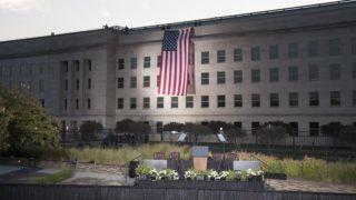 Arlington, 2017. szeptember 11. Az amerikai zászló leng a Pentagon épületének homlokzatán Arlingtonban 2017. szeptember 11-én hajnalban, az Egyesült Államok elleni 2001. szeptember 11-i repülõgépes terrortámadások 16. évfordulóján. (MTI/EPA/Michael Reynolds)