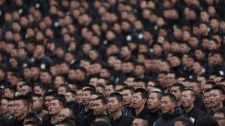 Nanking, 2017. december 13. Résztvevõk a himnuszt éneklik a nankingi mészárlás áldozatainak emlékhelyén, a kelet-kínai Csiangszu tartománybeli Nankingban tartott megemlékezésen 2017. december 13-án. A második kínai–japán háború alatt, 1937-ben ezen a napon a japán hadsereg mintegy 300 ezer kínaival végzett a kínai adatok szerint. (MTI/EPA/Ho Hvi Jang)