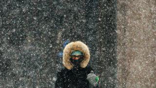 New York, 2018. január 4. Gyalogos a sûrû hóesésben New Yorkban 2018. január 4-én. Az Egyesült Államokban utoljára egy évszázada tapasztalt hideghullám fõként az ország középnyugati részét és a keleti partvidéket sújtja. A tartósan fagypont alatti hõmérséklet eddig tizenegy halálos áldozatot szedett Wisconsin, Észak-Dakota, Missouri és Texas szövetségi államokban. (MTI/EPA/Alba Vigaray)