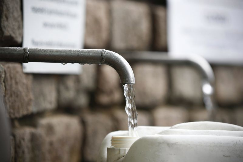 Fokváros, 2018. január 19. Forrásvízzel töltenek meg egy mûanyagkannát Fokvárosban 2018. január 19-én. A több éve tartó aszály és az éghajlatváltozás miatt súlyos vízhiánnyal küzdõ Fokvárosnak körülbelül három hónapra elegendõek a víztartalékai, ha nem sikerül széles körben rávenni a lakosságot a vízzel való takarékoskodásra, akkor április 22-én elzárják vízcsapokat, mivel nem marad víz a tározókban. Amennyiben ez megtörténik, Fokváros lesz a világon az elsõ nagyváros, ami kifogy az ivóvízbõl. (MTI/EPA/Nic Bothma)