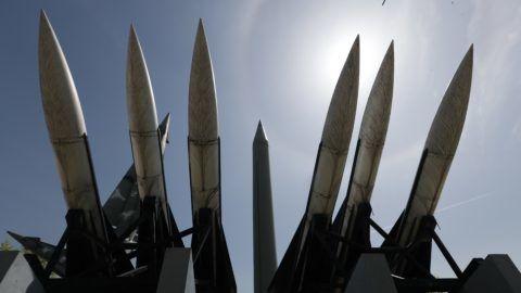 Szöul, 2018. április 21. Egy észak-koreai Scud-B rakéta (k) és amerikai Hawk föld-levegõ rakéták makettjei a szöuli Koreai Honvédelmi Emlékmúzeumban 2018. április 21-én. Kim Dzsong Un észak-koreai vezetõ, a kommunista Koreai Munkapárt elsõ titkára ezen a napon bejelentette, hogy Phenjan felfüggeszti nukleáris kísérleteit és rakétatesztjeit, továbbá bezárja nukleáris kísérleti telepét. (MTI/EPA/Dzson Hon Kjun)