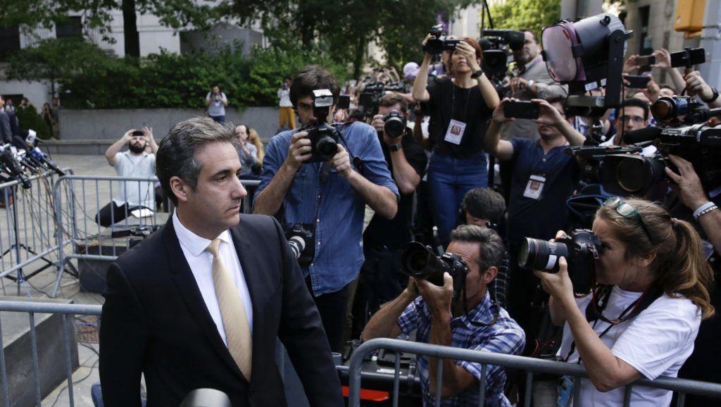 New York, 2018. augusztus 22.  Michael Cohen, az amerikai elnök, Donald Trump egykori ügyvédje távozik meghallgatásáról a szövetségi bíróság épületébõl, New Yorkban 2018. augusztus 21-én. Michael Cohen, akit banki és adócsalással, valamint a kampányfinanszírozási törvény megsértésével gyanúsítanak, a bíróságon vádalkut kötött és bûnösnek mondta magát többrendbeli adócsalásban és egy rendbeli banki csalásban. Eskü alatt vallotta, hogy a 2016-os elnökválasztási kampány során Trump utasítására fizetett két olyan nõnek a hallgatásáért, akik azt állították, hogy évekkel korábban viszonyuk volt az akkor még üzletember Trumppal. (MTI/EPA/Jason Szenes)