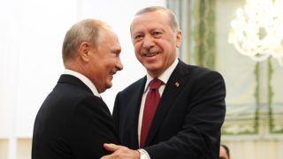 Teherán, 2018. szeptember 7. Recep Tayyip Erdogan török (j) és Vlagyimir Putyin orosz elnök kezet fog Teheránban 2018. szeptember 7-én. Az asztanai háromoldalú folyamat keretében a felek Haszan Róháni iráni elnökkel közösen áttekintik a szíriai rendezéshez nyújtandó segítséget. (MTI/EPA pool/Kirill Kurjavcev)