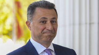 Szkopje, 2018. október 5. Nikola Gruevszki volt  macedón miniszterelnök a macedón fellebbviteli bíróságra érkezik Szkopjéban 2018. október 5-én. A bíróság megerõsítette a Gruevszki ellen hivatali visszaélés miatt kiszabott kétéves börtönbüntetést. A politikust májusban ítélte el egy szkopjei bíróság amiatt, hogy miniszterelnökként befolyást gyakorolt egy páncélozott Mercedes beszerzésére kiírt pályázat kimenetelére, és a gyõztesnek kihirdetett autókereskedõ utólag jutalékot fizetett neki, illetve õ maga személyes használatra is igénybe vette a luxusautót. (MTI/EPA/Georgi Licovszki)