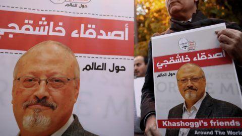 Isztambul, 2018. október 25. Dzsamál Hasogdzsi szaúd-arábiai újságíró portréjával tiltakoznak az újságíró meggyilkolása ellen Szaúd-Arábia törökországi konzulátusánál Isztambulban 2018. október 25-én, három héttel az után, hogy az ügyintézésért folyamodó Hasogdzsit megölték Szaúd-Arábia isztambuli fõkonzulátusán. A szaúdi abszolút monarchiát élesen bíráló újságírót azt követõen ölték meg október 2-án, hogy ügyintézés miatt bement Szaúd-Arábia isztambuli fõkonzulátusára. MTI/EPA/Erdem Sahin