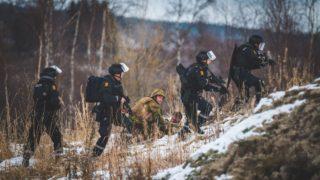 Tynset, 2018. okt—ber 27.A norvŽg fegyveres er?k ‡ltal kšzreadott kŽpen sebesŸlt ell‡t‡s‡t gyakorolja egy katona elhalad— rend?ršk mellett egy szimul‡ci—s helyzetben a NATO Trident Juncture 2018 fed?nev? hadgyakorlat‡n a norvŽgiai Tynset kšzelŽben 2018. okt—ber 26-‡n. A 31 orsz‡g 50 ezer katon‡j‡nak rŽszvŽtelŽvel okt—ber 25. Žs november 23. kšzštt tartott katonai m?velet az ut—bbi Žvek legnagyobb NATO-hadgyakorlata. A 29 szšvetsŽges orsz‡g mellett a nem NATO-tag SvŽdorsz‡g Žs Finnorsz‡g vesz rŽszt a nagyszab‡sœ akci—ban.MTI/EPA/Ole-Sverre Haugli