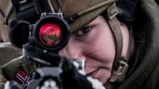 Roros, 2018. október 27. A norvég fegyveres erõk által közreadott képen egy norvég katona távcsöves puskával tart célra a NATO Trident Juncture 2018 fedõnevû hadgyakorlatán a norvégiai Roros közelében 2018. október 26-án. A 31 ország 50 ezer katonájának részvételével október 25. és november 23. között tartott katonai mûvelet az utóbbi évek legnagyobb NATO-hadgyakorlata. A 29 szövetséges ország mellett a nem NATO-tag Svédország és Finnország vesz részt a nagyszabású akcióban. MTI/EPA