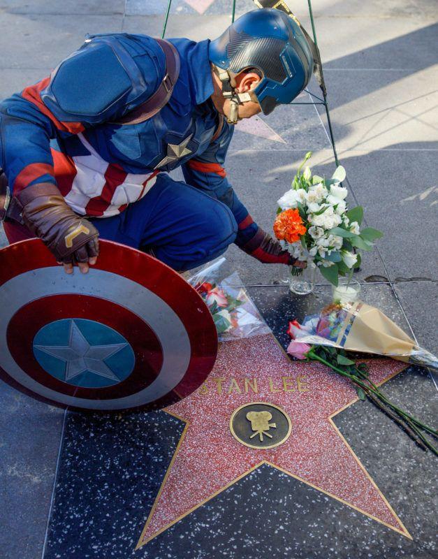 Los Angeles, 2018. november 13.Stan Lee amerikai író-szerkesztő, a Marvel Comics képregénykiadó nyugalmazott elnöke csillagánál hagy virágot a kiadó egyik képregényhősét, Amerikai kapitányt megjelenítő jelmezes férfi a Hollywoodi hírességek sétányán, Los Angelesben 2018. november 12-én, miután Lee 95 éves korában elhunyt.MTI/EPA/Eugene Garcia