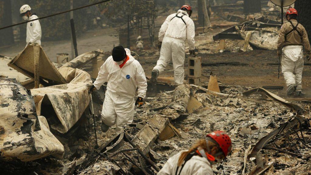 Paradise, 2018. november 14. Emberi maradványokat keresnek leégett mobilházak helyén a kaliforniai erdõtûz pusztítása után Paradise-ban 2018. november 13-án. Az egy hete tartó kaliforniai tûzvész eddig legkevesebb 31 halálos áldozatot követelt, az eltûntek száma meghaladja a kétszázat. MTI/AP/John Locher