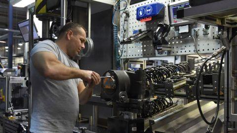 Budapest, 2018. november 16. Szakember dolgozik a Modern gyárak éjszakája programsorozat megnyitójának helyszínén, a Knorr-Bremse Vasúti Jármû Rendszerek Hungária Kft. gyárában 2018. november 16-án. A rendezvényen az érdeklõdõk megismerkedhetnek a modern gyárak mûködésével, a programhoz 36 cég csatlakozott. MTI/Illyés Tibor