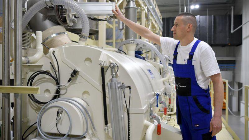 Szirmabesenyõ, 2018. március 27. Egy dolgozó a mûanyag termékek elõállításával és forgalmazásával foglalkozó Ongropack Kft. szirmabesenyõi gyárában, az avatása napján 2018. március 27-én. MTI Fotó: Czeglédi Zsolt