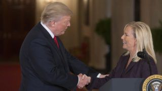 Washington, 2017. október 12. Donald Trump amerikai elnök (b) gratulál Kirstjen Nielsennek, fehér házi helyettes kabinetfõnöknek, miután a washingtoni Fehér Házban 2017. október 12-én tartott sajtótájékoztatón bejelentette, hogy õt jelöli az Egyesült Államok új belbiztonsági miniszterének. Nielsen beiktatása elõtt a 45 éves jogász és kiberbiztonsági szakértõ kinevezését a szenátusnak jóvá kell hagynia. (MTI/EPA/Michael Reynolds)