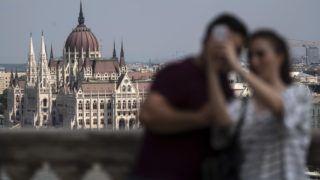 Budapest, 2018. július 27. Turisták a budai Várban, a háttérben az Országház épülete 2018. július 27-én. MTI Fotó: Szigetváry Zsolt