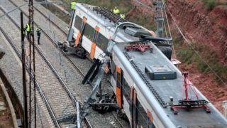 Vacarisses, 2018. november 20. A mentõalakulat tagjai és szakértõk Vacarissesnél 2018. november 20-án, miután földcsuszamlás következtében kisiklott egy személyszállító vonat Barcelona közelében. Egy ember életét vesztette, legalább öt könnyebben megsérült. MTI/EPA/EFE/Susanna Saez