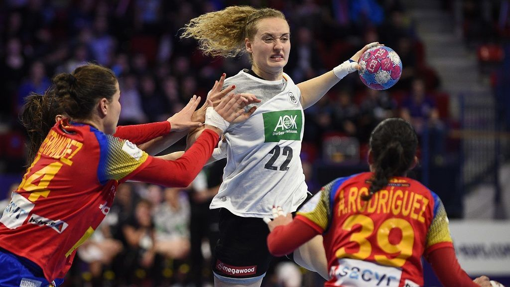 Spain's center back  Alicia Fernandez Fraga (L) and Spain's right back Almudena Rodriguez (R) defend against Germany's right back Maren Weigel during the 2018 European Women's handball Championships Group 2 main round match between Spain and Germany on December 7, 2018 at Jean Weille sport hall in Nancy. (Photo by JEAN-CHRISTOPHE VERHAEGEN / AFP)