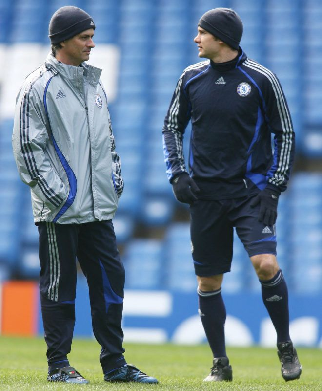 Chelsea football club manager Jose Mourinho (L)  chats to his Ulkranian striker Andriy Shevchenko during a training session at Stamford Bridge in London, 05 March 2007, on the eve of their Champions League match against FC Porto. AFP PHOTO/CHRIS YOUNG (Photo by CHRIS YOUNG / AFP)