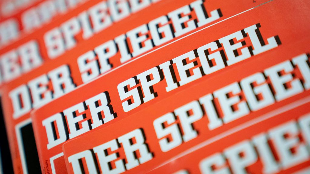 """19 December 2018, Berlin: ILLUSTRATION - Several issues of the news magazine """"Der Spiegel"""" lie on top of each other on one table. Photo: Kay Nietfeld/dpa"""