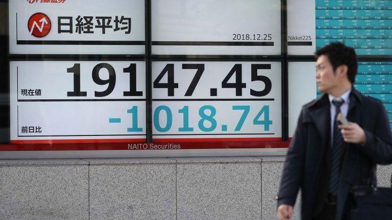 An electric board shows the Nikkei Stock Average price falling in Chuo Ward, Tokyo on Dec. 25, 2018.( The Yomiuri Shimbun )