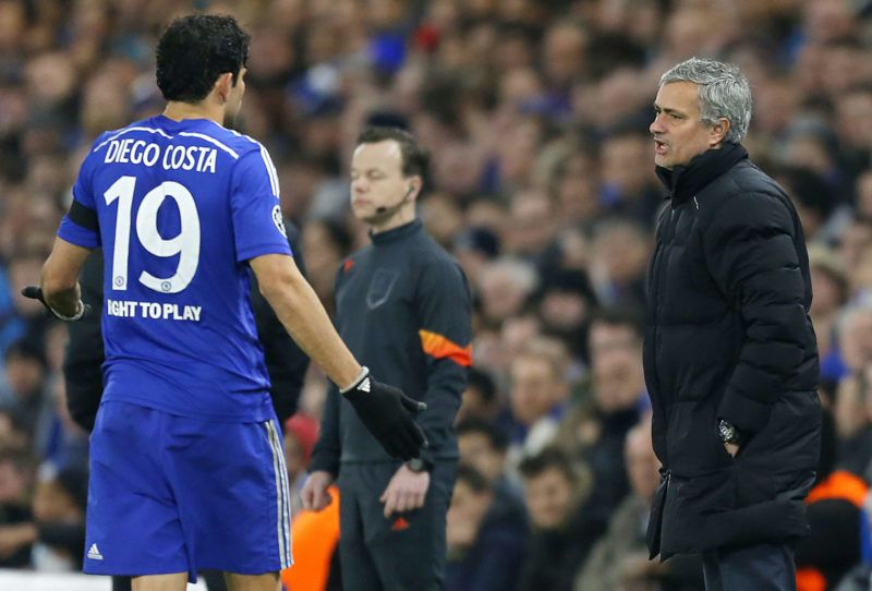 Chelsea's Portuguese manager Jose Mourinho (R) speaks with Chelsea's Brazilian-born Spanish striker Diego Costa during the UEFA Champions League round of 16 second leg football match between Chelsea and Paris Saint-Germain at Stamford Bridge in London on March 11, 2015. AFP PHOTO / IAN KINGTON (Photo by IAN KINGTON / AFP)