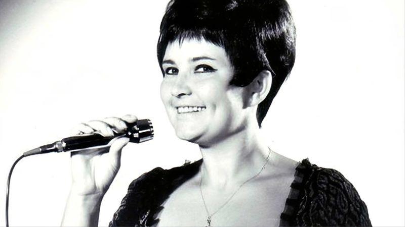1964-tõl tanult énekelni a Rádió Tánczenei Stúdiójában. Ekkor még a közgazdasági technikumban volt tanuló, meg kellett küzdenie a szülõi tiltással is. 1965 szilveszterén tûnt fel Csak fiataloknak címû számával. A dalt az Atlantis együttes kísérte, kislemezen is megjelent SP 290 sorszámon. A dal lett Komjáthy György azonos címû rádiómûsorának szignálja. Elsõ slágerének sikerét nem sikerült megismételnie, bár több Táncdalfesztiválon (1966 - Valaki erre járt illetve Így sohasem vártam még; 1969 - Mindig így lesz most már) is indult.