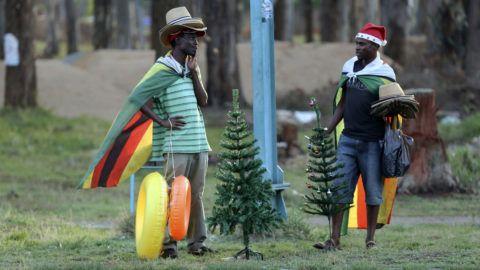 Harare, 2018. december 11.Műfenyőt, úszógumit és a hőség ellen védő kalapokat áruló férfiak egy út mentén Zimbabwe fővárosában, Hararéban 2018. december 7-én. Az afrikai országban a pénzromlás ütemének gyors emelkedése és GDP csökkenése következtében a lakosság háromnegyede él napi 5,50 dollárnál kevesebb jövedelemből, s a lakosság közel ötöde él mélyszegénységben.MTI/AP/Tsvangirayi Mukwazhi