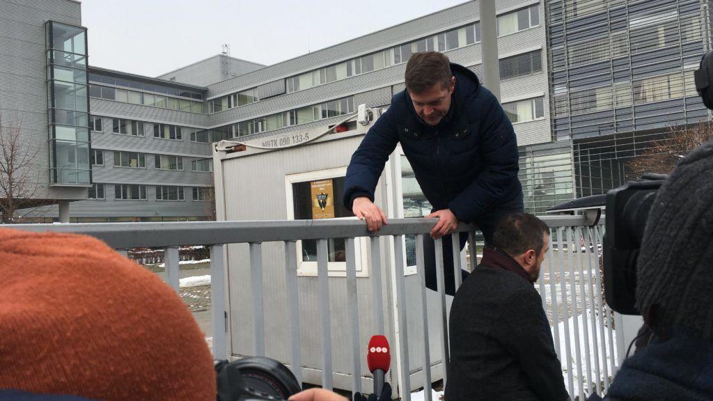 Videón, ahogy az MSZP és a DK képviselői a kerítésen átmászva jutnak be az MTVA-ba