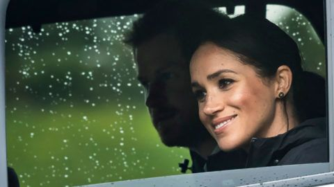 """Britain's Prince Harry and his wife Meghan, Duchess of Sussex arrive for the unveiling of a plaque dedicating 20 hectares of native bush to the Queen's Commonwealth Canopy project at The North Shore Riding Club in Auckland on October 30, 2018. - Meghan Markle displayed an unexpected talent for """"welly wanging"""" in Auckland on October 30, gaining bragging rights over husband Prince Harry after they competed in the oddball New Zealand sport. (Photo by STR / POOL / AFP)"""