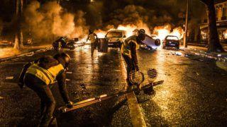 December 1st, 2018, Paris (75), FRANCE. Burning barricades are erected avenue Kleber during yellow jackets protest in Paris on december 1st, 2018. 1er décembre 2018, Paris (75), FRANCE. Des barricades enflammées sont montées avenue Kléber lors de la manifestation des gilets jaunes à Paris le 1er décembre 2018.