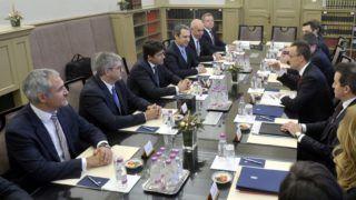 Budapest, 2018. december 17. Szijjártó Péter külgazdasági és külügyminiszter (j középen) és Bruno Even, az Airbus Helicopters vezérigazgatója (b3) megbeszélést folytat az Airbus Helicopters  beruházásbejelentõ sajtótájékoztatója elõtt a Külgazdasági és Külügyminisztériumban 2018. december 17-én. Helikopterekhez szükséges alkatrészeket gyártó üzemet létesít Magyarországon az Airbus Helicopters, a 2021-re elkészülõ beruházással több száz munkahely jön létre a magyar kormány és vállalat együttmûködésének köszönhetõen. MTI/Kovács Attila