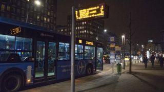 Budapest, 2017. február 10. A 100E jelû repülõtéri autóbusz várakozik a Deák téri végállomásán. MTVA/Bizományosi: Róka László  *************************** Kedves Felhasználó! Ez a fotó nem a Duna Médiaszolgáltató Zrt./MTI által készített és kiadott fényképfelvétel, így harmadik személy által támasztott bárminemû – különösen szerzõi jogi, szomszédos jogi és személyiségi jogi – igényért a fotó készítõje közvetlenül maga áll helyt, az MTVA felelõssége e körben kizárt.