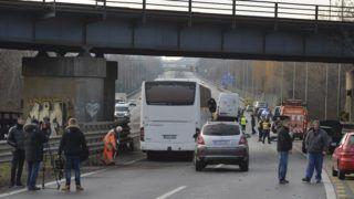 Törökbálint, 2018. december 27. Összetört személygépkocsik 2018. december 27-én az M7-es autópályán Törökbálint térségében, ahol tömegbaleset történt. A Balaton felé vezetõ oldalon hét személyautó, egy kisbusz és egy menetrend szerinti busz karambolozott. A balesetben három ember sérült meg könnyebben, a buszon tizenhárman utaztak, egyiküknek sem esett baja. MTI/Mihádák Zoltán
