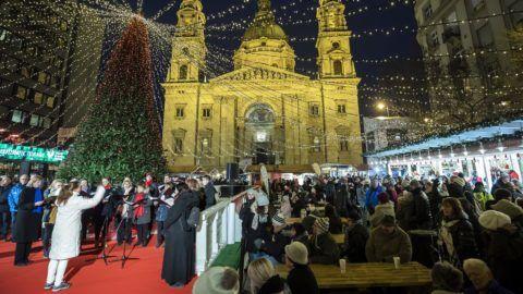Budapest, 2018. december 2. Kórus énekel az Advent Bazilika rendezvényen a budapesti Szent István téren, háttérben a Szent István-bazilika 2018. december 2-án. MTI/Mohai Balázs