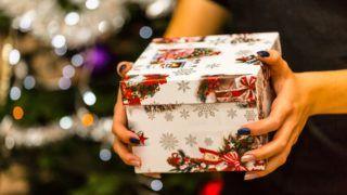 Budapest 2017. december 23.  Egy karácsonyi díszítésû ajándék doboz, háttérben egy karácsonyi izzókkal díszített fenyõfa.  MTVA/Bizományosi: Faludi Imre  *************************** Kedves Felhasználó! Ez a fotó nem a Duna Médiaszolgáltató Zrt./MTI által készített és kiadott fényképfelvétel, így harmadik személy által támasztott bárminemû – különösen szerzõi jogi, szomszédos jogi és személyiségi jogi – igényért a fotó készítõje közvetlenül maga áll helyt, az MTVA felelõssége e körben kizárt.