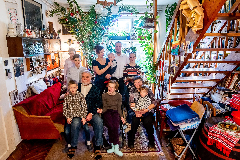 Minden évben együtt ünnepel a népes Tarcsai család a nagyszülökkel: Johanna (középen) édesapja vezette be a hagyományt, hogy nem fenyőfát, hanem az általa ültetett pálmafát díszíti fel a család  Fotó: Bielik István / 24.hu
