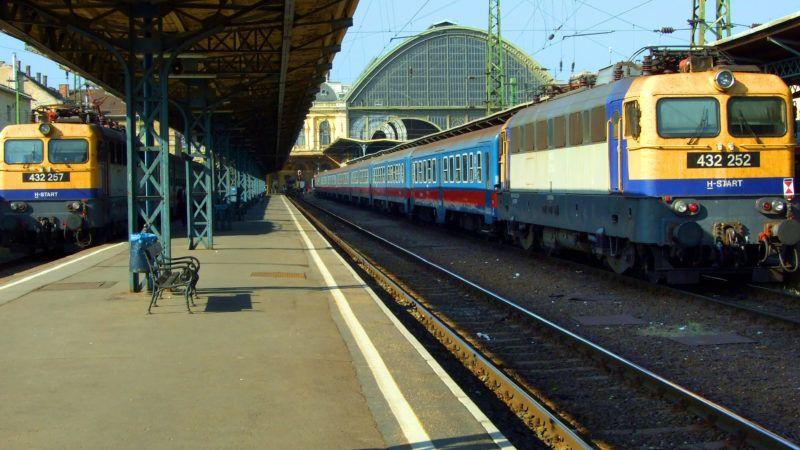 Budapest, 2018. október 13. A MÁV Start Zrt. 432-es sorozatszámú villamos meghajtású mozdonyokkal vontatott két személyszállító szerelvénye indulás elõtt a Keleti pályaudvar 13-as és 11-es vágányán. MTVA/Bizományosi: Jászai Csaba  *************************** Kedves Felhasználó! Ez a fotó nem a Duna Médiaszolgáltató Zrt./MTI által készített és kiadott fényképfelvétel, így harmadik személy által támasztott bárminemû – különösen szerzõi jogi, szomszédos jogi és személyiségi jogi – igényért a fotó készítõje közvetlenül maga áll helyt, az MTVA felelõssége e körben kizárt.