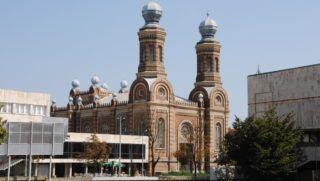 Szombathely, 2011. augusztus 31. Az 1880-ban  Ludwig Schöne bécsi építész tervei alapján épült zsinagóga épülete. A monumentális épület Magyarország elsõ tornyos zsinagógáinak egyike. Stílusa a romantikából az ekelektikába fonódó kor építészeti elemeit ötvözi. A zsinagóga 1975 óta  Bartók Terem néven mint hangversenyterem mûködik. MTVA/Bizományosi: Turchányi Géza  *************************** Kedves Felhasználó! Az Ön által most kiválasztott fénykép nem képezi az MTI fotókiadásának, valamint az MTVA fotóarchívumának szerves részét. A kép tartalmáért és a szövegért a fotó készítõje vállalja a felelõsséget.