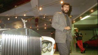 Budapest, 2005. április 11. Varga Tamás, a Fidesz egykori gazdasági tanácsadója áll egy Rolls Royce személygépkocsi mellett a brit márka Aranykéz utcai szalonjában 1993. szeptember 1-jén. A holland hatóságokkal történt együttmûködés eredményeként a Célkörözési Alosztály munkatársai elfogták a szökésben lévõ vállakozó az amszterdami bérelt lakásán 2005. április 5-én 19 órakor. A Világgazdaság címû gazdasági szaklap 2000. október 12-i száma szerint Varga Tamás az évtized egyik legnagyobb áfacsalását követte el. Irányításával egy cégcsoport: 1996 és 1999 között mintegy kétmilliárd forint áfát igényelt vissza hamis számlázással. Varga ellen összesen négy elfogatóparancs volt érvényben. MTI Fotó: Kerekes Tamás